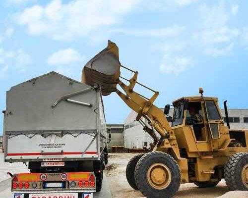 team-job-ruspa-carico-inerti-su-camion-con-ruspa